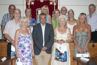 The mayor of Benalmádena with the foreign volunteers who participated in the Summer English Workshop