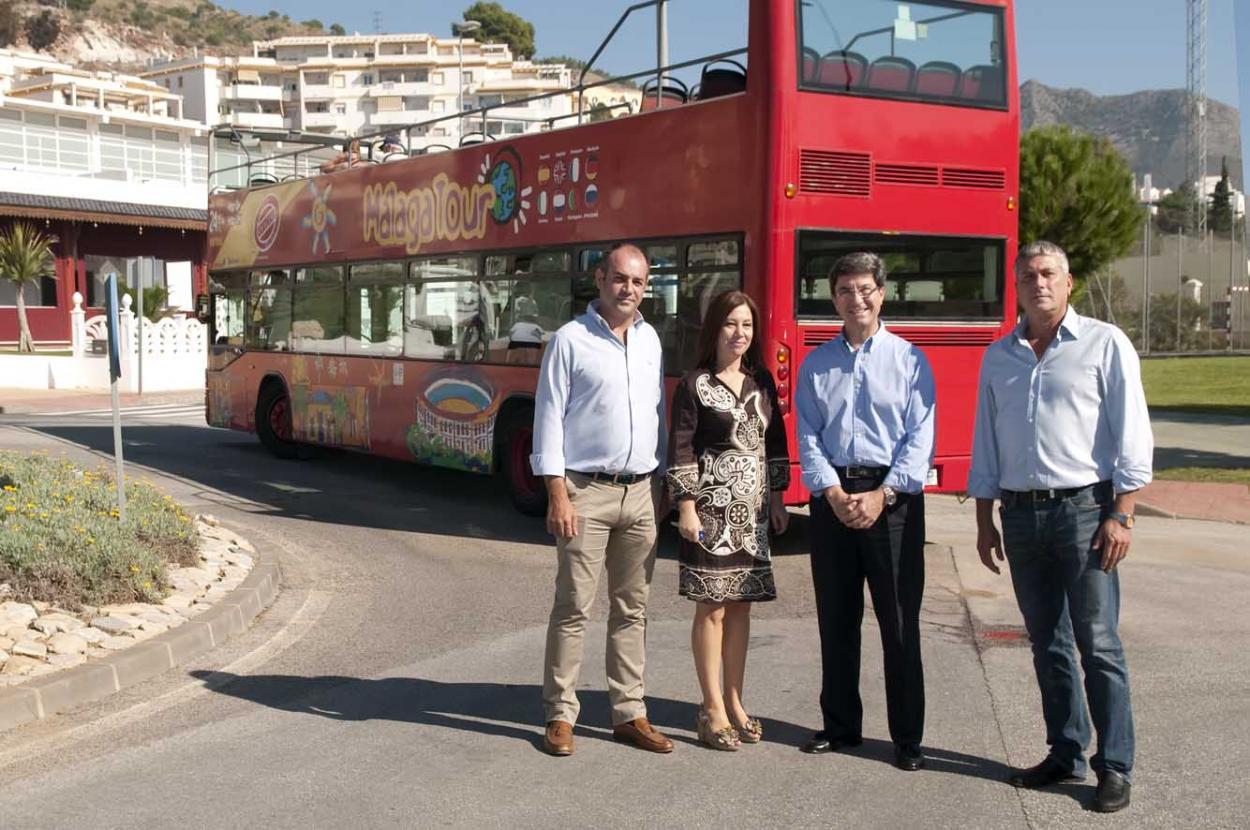 El autobús turístico pone en marcha su nueva ruta para incluir Benalmádena Pueblo en su recorrido