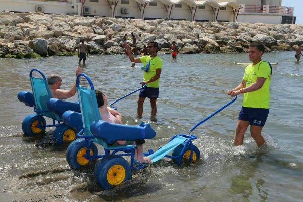 Los usuarios de 'Contamos Contigo, Sin Barreras. Todos a la Playa' disfrutan ya del nuevo material para el baño adaptado en la Playa de Torrebermeja