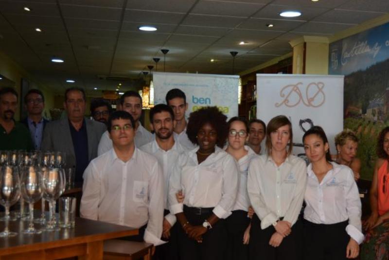 Los alumnos del curso de bar y cafetería realizan un master class sobre elaboración, análisis sensorial y servicios de vinos.