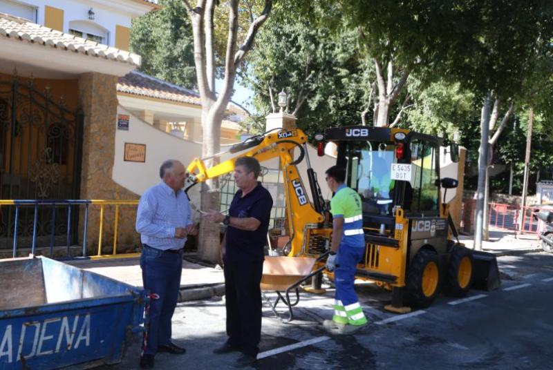 SERVICIOS OPERATIVOS RENUEVAN EL ACERADO DE LA AVENIDA MARISOL