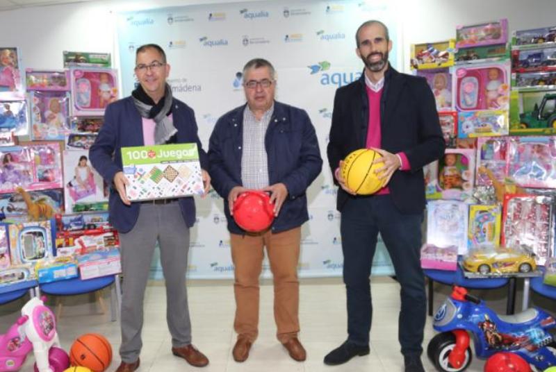 Emabesa dona al Ayuntamiento de Benalmádena más de 100 juguetes para repartir entre las familias más necesitadas.