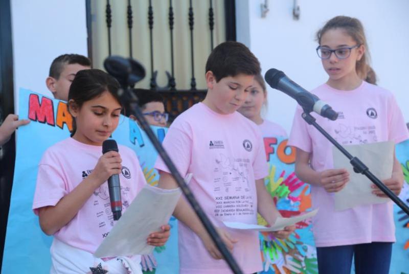 Alumnos, padres y profesores del colegio Jacaranda abarrotan la Plaza de España con motivo de la XXXI Marcha por La Paz.