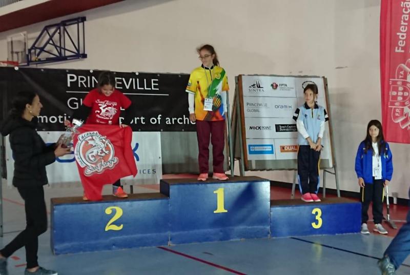 La joven tiradora benalmadense Carla Noemí Ramirez Manicebo, campeona infantil en el torneo internacional de tiro con arco.