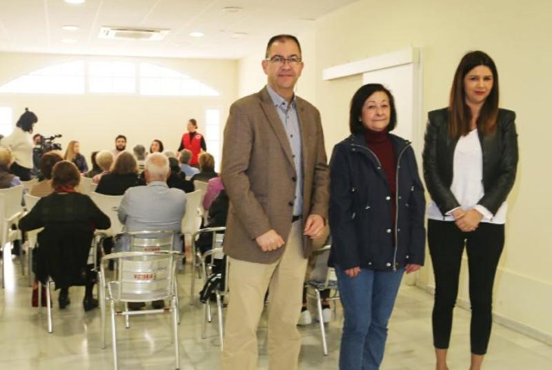Los concejales Javier Marín e Irene Díaz participan en la charla sobre inmigración organizada por La Cruz Roja.