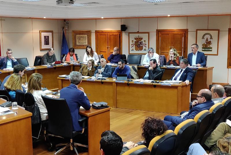El Pleno aprueba por unanimidad el reconocimiento como benalmadenses del año 2019 a Paco Portillo y Mehdi Nolte.
