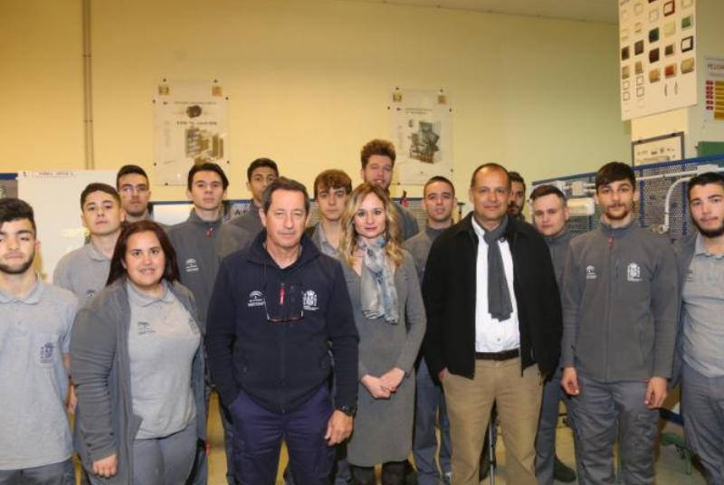 Una quincena de alumnos participan en la escuela-taller 'Senderos y servicios: electricidad'.