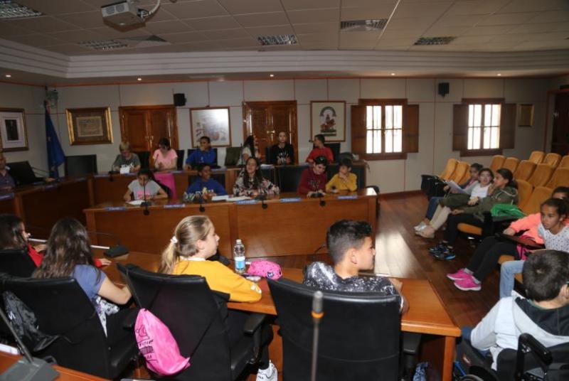 Alumnos del Colegio de La Paloma culminan su proyecto sobre el desarrollo sostenible con un Pleno infantil con la participación del alcalde y concejales.
