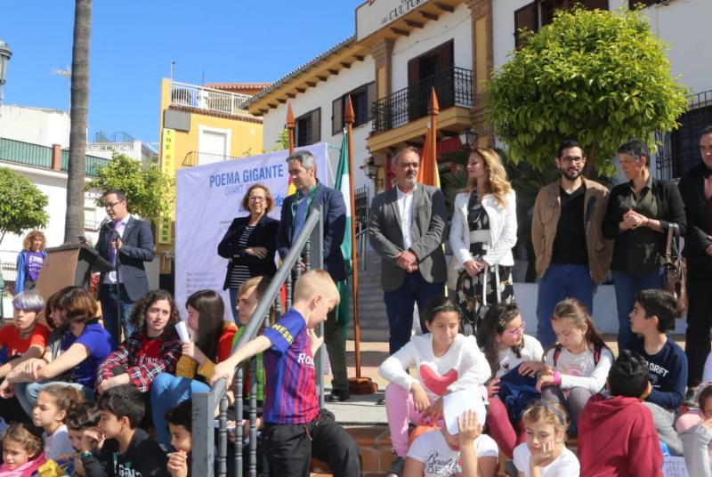 Estudiantes, artistas, vecinos y organizaciones sociales participan en la elaboración del 76 Poema Gigante, dedicado a los objetivos de desarrollo sostenible.