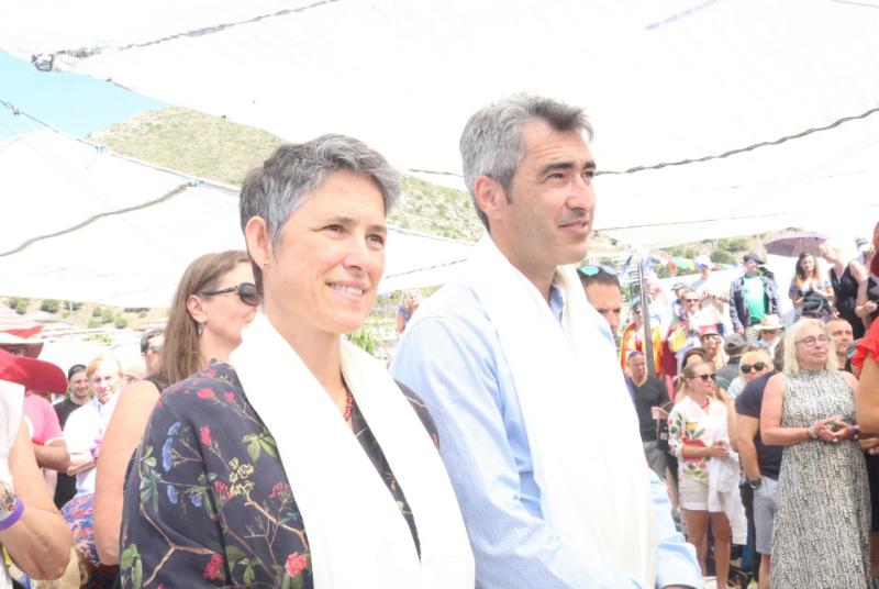 EL ALCALDE Y LA CONCEJALA ANA SCHERMAN ASISTEN A UNA CONFERENCIA EN LA ESTUPA BUDISTA DE ILUMINACIÓN DE BENALMÁDENA