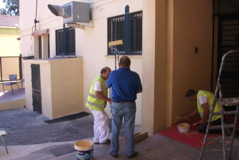 SERVICIOS OPERATIVOS ACOMETEN TRABAJOS DE MANTENIMIENTO Y MEJORA EN EL COLEGIO MIGUEL HERNÁNDEZ