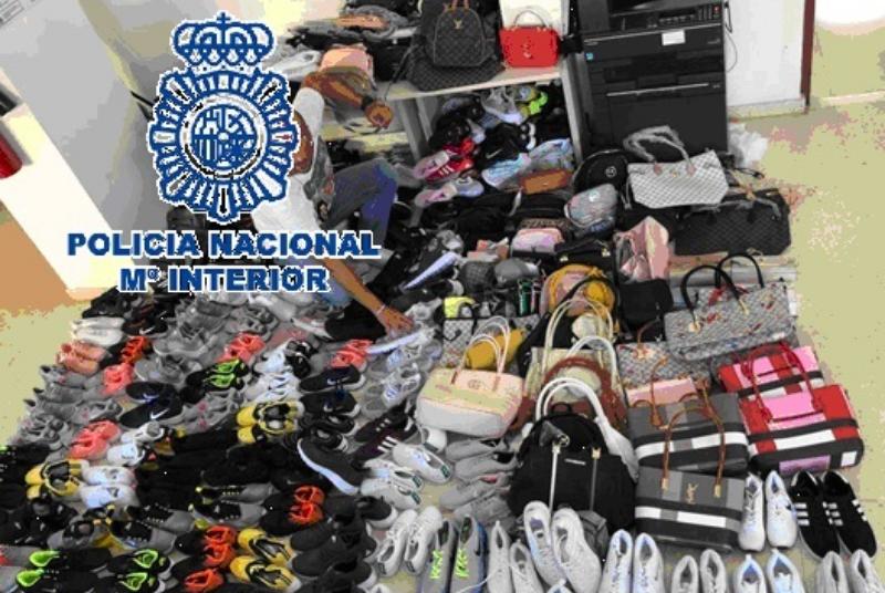Policía Local y Policía Nacional intervienen 406 productos falsificados de marcas prestigiosas.