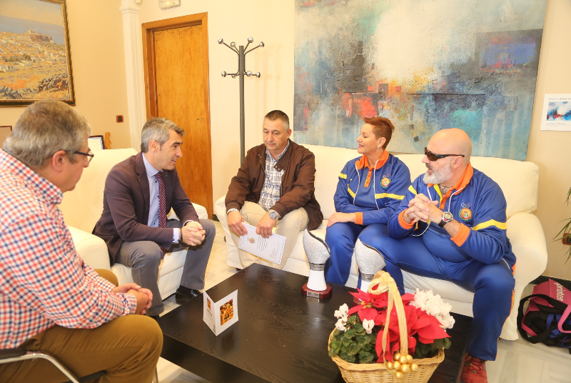 El Alcalde recibe a Cristóbal Reyes Ramos, subcampeón de España de tiro olímpico adaptado.