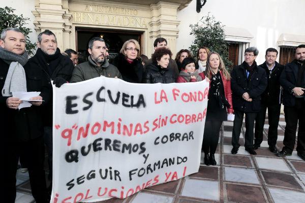 Los trabajadores de 'La Fonda', con el respaldo de la corporación municipal, exigen a la Junta el pago de sus nóminas y el comienzo de las clases