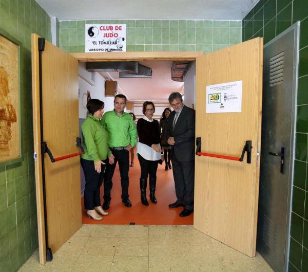 La empresa de bricolaje AKI dona material para la mejora de la Sala de Usos Múltiples del Colegio El Tomillar