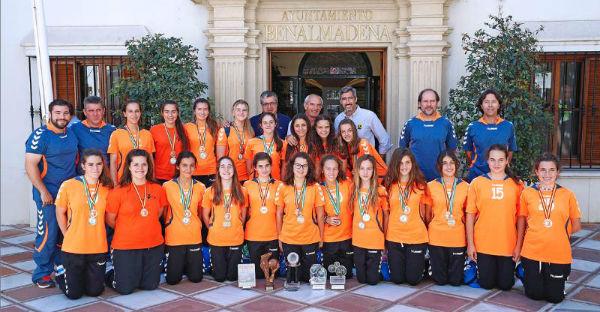 El alcalde Víctor Navas y el concejal de Deportes, Joaquín Villazón, reciben al equipo femenino de balonmano del Colegio Maravillas tras lograr el tercer puesto en el Campeonato de España