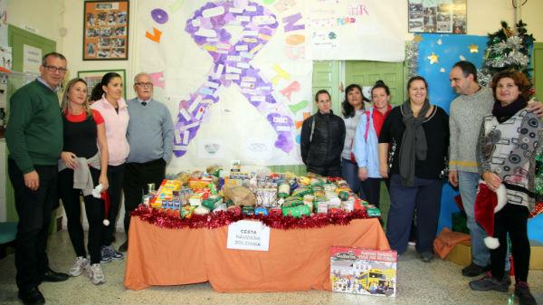 El ampa del CEI Miguel Hernández hace entrega de los alimentos recogidos en la campaña llevada a cabo para ayudar al comedor social