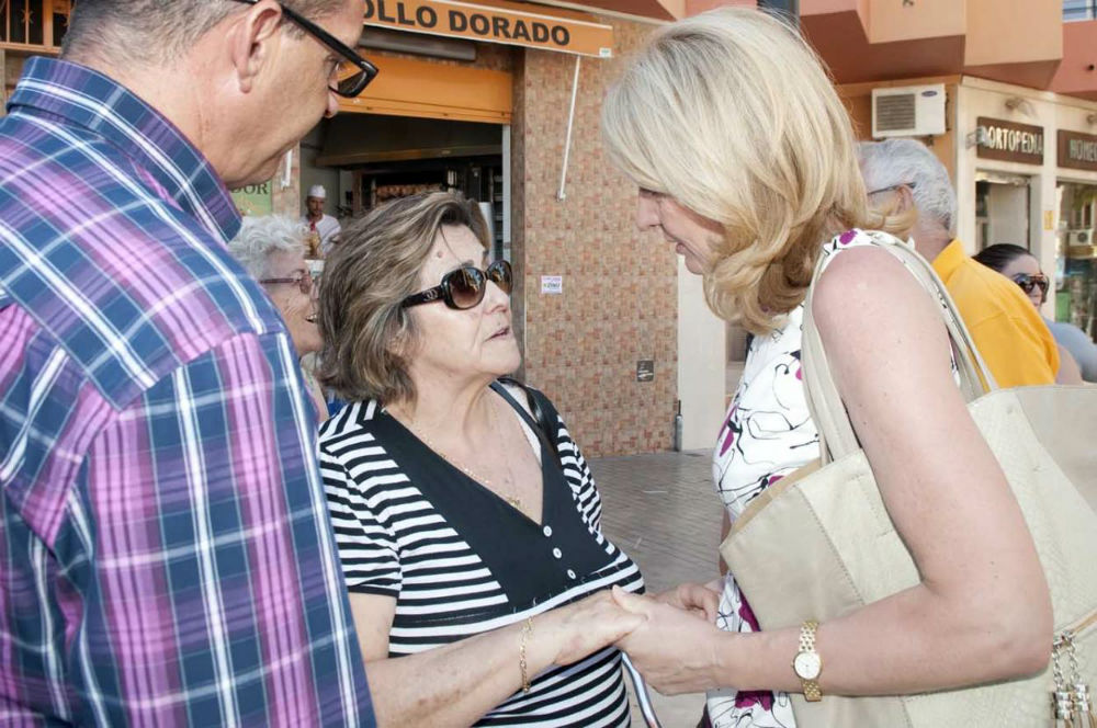 Los mayores de 'Anica Torres' entregan a la familia de la pequeña Idaira 4.000 euros obtenidos en 'El Euro Solidario'