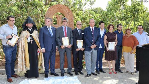 El Alcalde de Benalmádena y el Embajador de Armenia inauguran un 'Jachkar' conmemorativo del genocidio armenio en el Parque de la Paloma