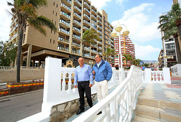El Concejal Salvador Rodríguez supervisa la finalización de los trabajos de restauración de la balaustrada situada en la esquina del Hotel Alay