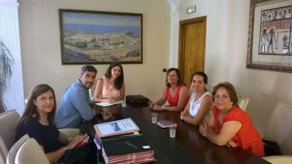 El alcalde y la concejala de bienestar social mantienen un encuentro con la Asociación de Familiares de Enfermos de Alzheimer y Otras Demencias de Benalmádena (AFAB)