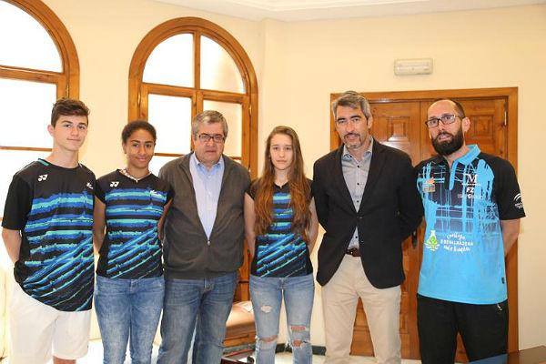 El Alcalde y el Concejal de Deportes reciben a jugadores del Club Bádminton Benalmádena convocados por la Selección Española