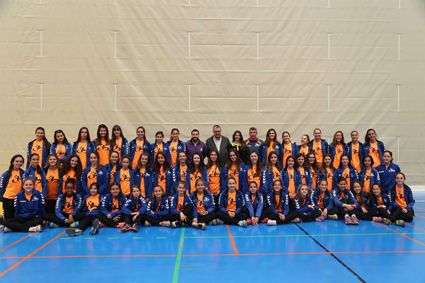 El Concejal Joaquín Villazón recibe a las jugadoras del Club de Balonmano del Colegio Maravillas tras quedar Campeonas de la Provincia