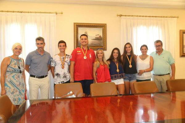 El Alcalde y el Concejal de Deportes recibena cuatro jóvenes benalmadenses tras su brillante participación en el campeonato de España de balonmano playa