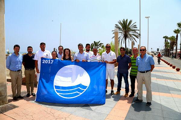 El Alcalde de Benalmádena preside el izado de bandera azules en las playas del municipio