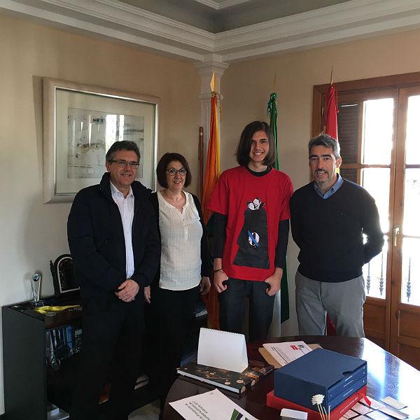 El Alcalde recibe a un joven benalmadense que ha logrado una beca de Amancio Ortega para estudiar en Estados Unidos
