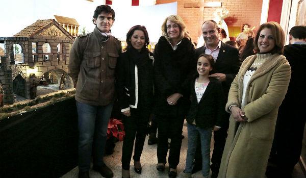 La alcaldesa asiste a la inauguración del Belén de la Hermandad del Coronado de Espinas
