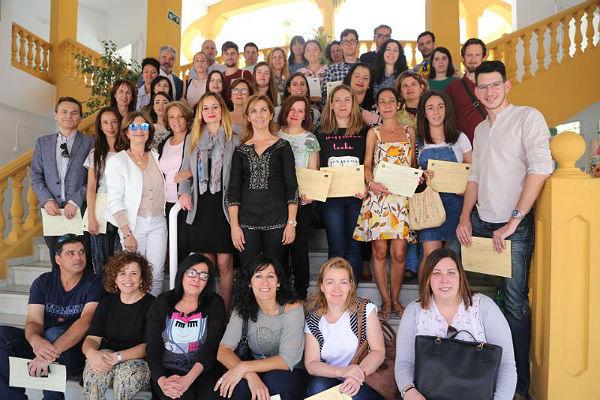 La Concejala Beatriz Olmedo entrega los Certificados de Experiencia Profesional a los participantes en el Proyecto de Cooperación Social y Comunitaria para el Impulso del Empleo en Benalmádena