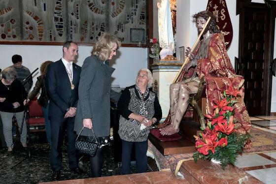 La alcaldesa preside el solemne Besapiés del Jesucristo Coronado de Espinas