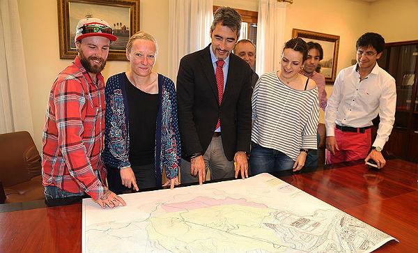 Los responsables del diseño del anteproyecto del Bike-Park de Benalmádena mantienen su primera reunión de trabajo con representantes del Ayuntamiento