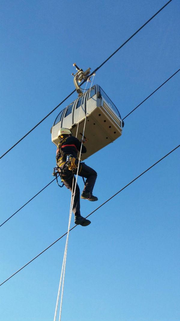 Bomberos participan en un ejercicio práctico de rescate en el Telecabina de Benalmádena
