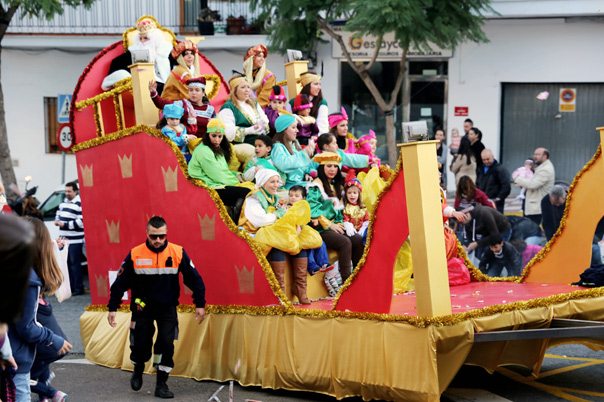 Miles de vecinos y visitantes disfrutaron de la Gran Cabalgata de los Reyes Magos en Benalmádena