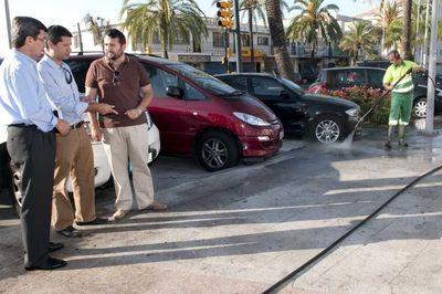 El Ayuntamiento Impulsa una Campaña Estival de Baldeo y Limpieza Viaria en la Costa.