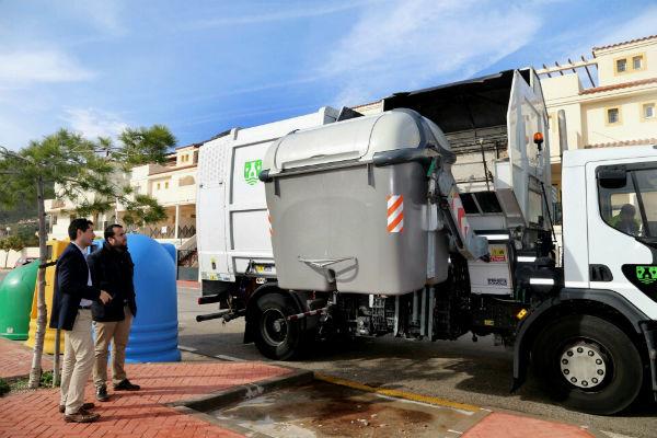 El Ayuntamiento intensifica las labores de limpieza en los contenedores e islas ecológicas