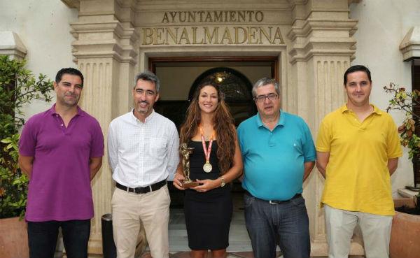 El Alcalde y el Concejal de Deportes entregan La Niña de Benalmádena a la Campeona del Mundo de Balonmano Playa Asun Batista