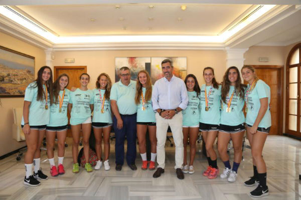 El Alcalde Victor Navas y el concejal de Joaquín Villazón reciben a Las Campeonas de España de balonmano-playa.