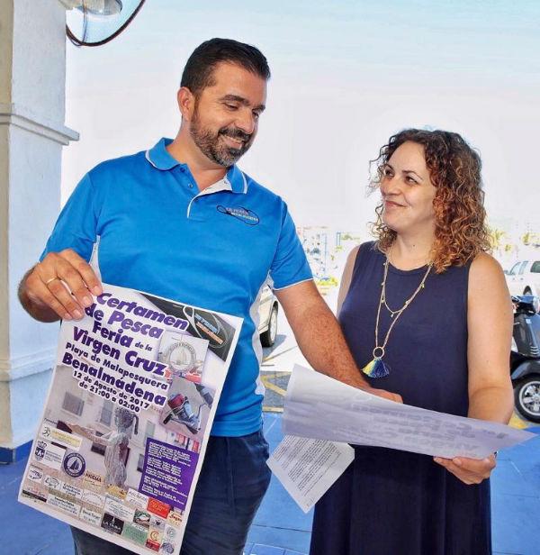 La Concejala Encarnación Cortes presenta el cartel del I Certamen de Pesca Feria Virgen de la Cruz