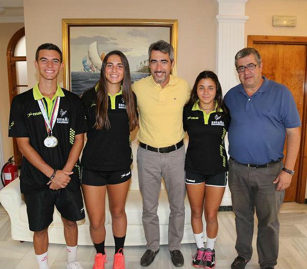 El Alcalde Víctor Navas y el Concejal de Deportes reciben a Adrián Bandera, joven benalmadense Campeón del Mundo y Europa Sub-17 de Balonmano Playa
