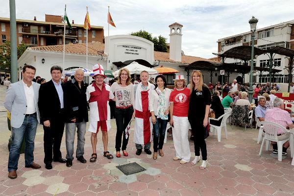 La plaza de la Mezquita se viste de rojo para celebrar la festividad inglesa de 'San Jorge'