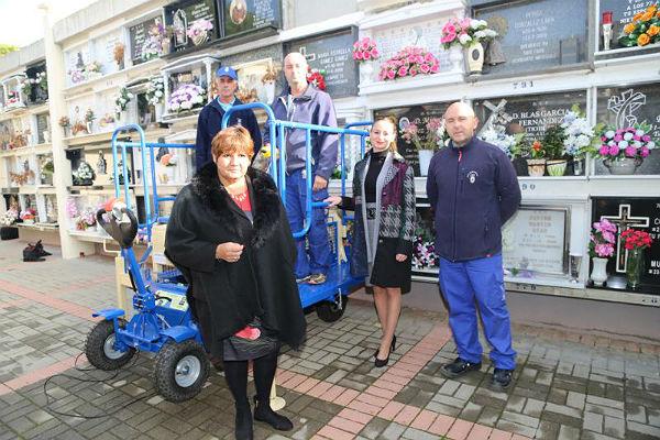 El Ayuntamiento adquiere nueva maquinaria para el manejo de féretros en el cementerio de Arroyo de la Miel