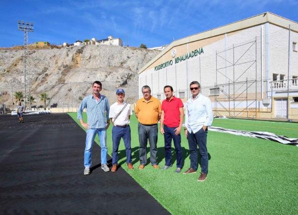 Continúa a buen ritmo la instalación del nuevo césped artificial del campo de fútbol del polideportivo ¨Ramón Rico¨