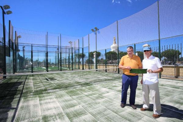 El PDM renueva el césped artificial de las pistas de pádel en Retamar en Benalmádena Pueblo