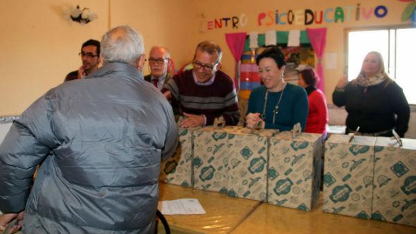 La Asociación Comedor Social hace entre de una cesta de Navidad
