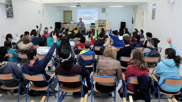 Los alumnos del IES 'Al Baytar' participan en una charla sobre participación ciudadana