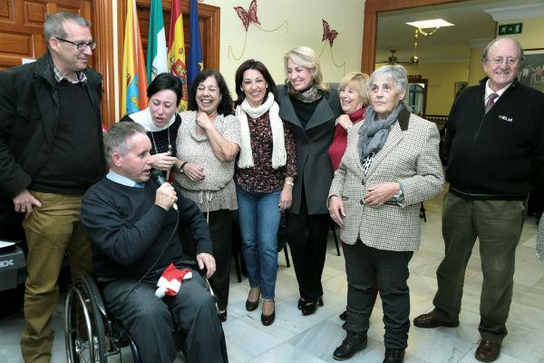 La alcaldesa comparte una chocolatada navideña con los mayores del 'Anica Torres'