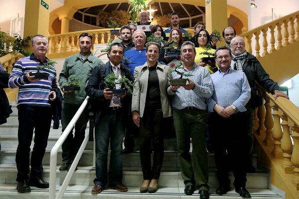 Cerca de una veintena de benalmadenses participan en el curso de iniciación para el cuidado de los bonsáis